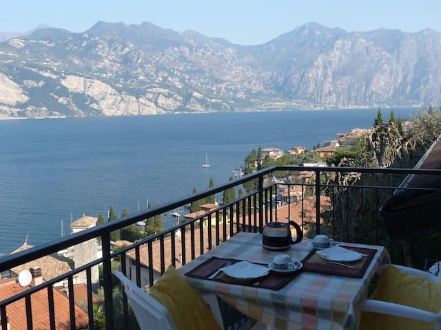 balcony with stunning lake view, swimming pool - Malcesine - Lägenhet