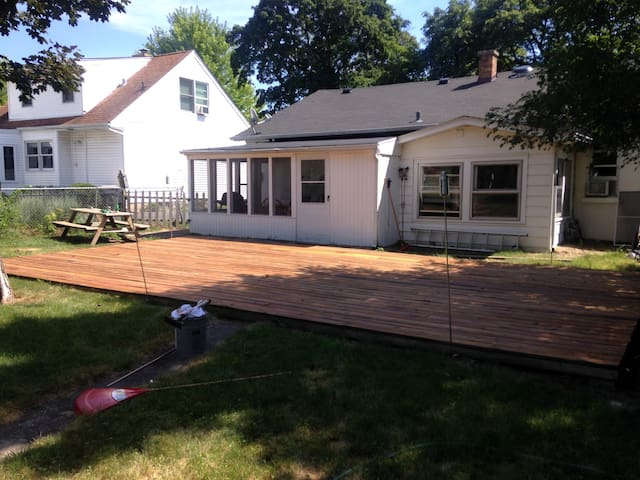 Cozy room in house. Metra/shops/restaurants nearby - Libertyville - Hus
