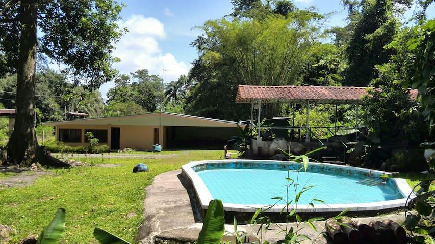 Casa rodeada de bosque - Guapiles - Rumah