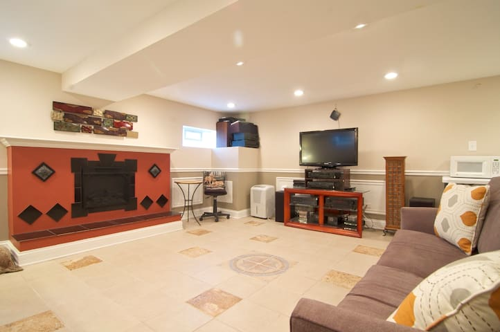 Newly remodeled lower level 1 BR/LR - Downers Grove - Rumah