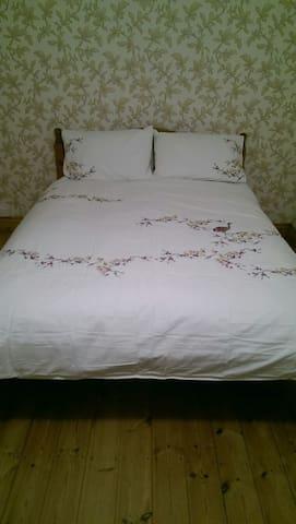 King size bed and en-suite Views - Pontypridd - Ev
