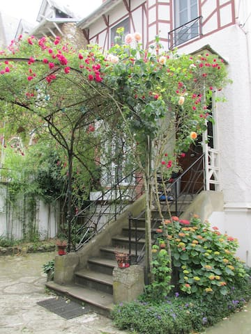 Single room in a family home, central. - Fontainebleau - Hus