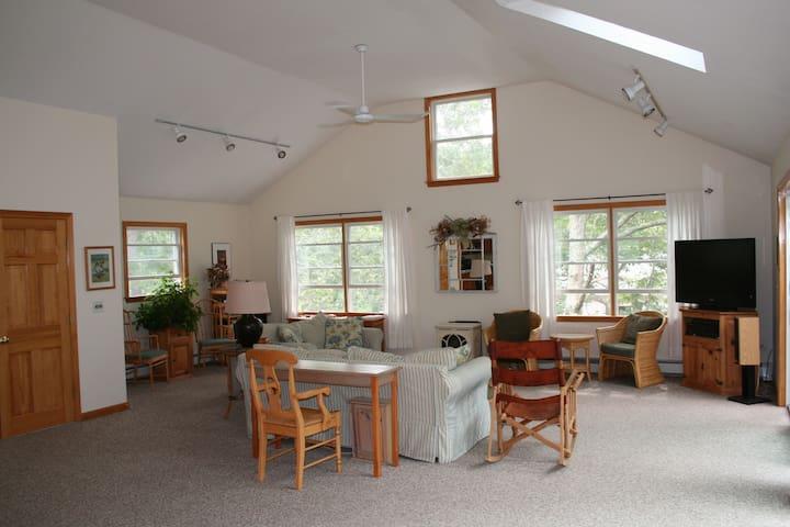 Comfortable Marthas Vineyard West Chop Home  w/A/C - Tisbury - Casa