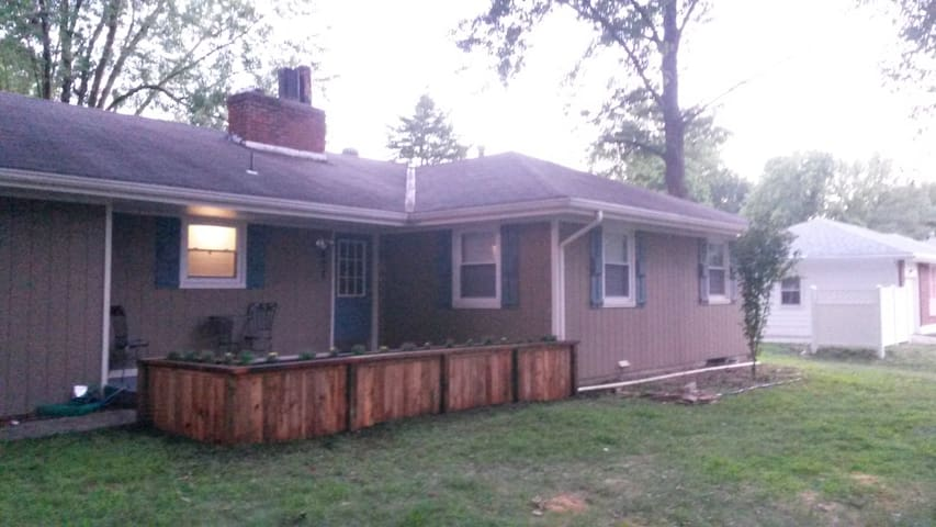 Private home in quiet town only 24 miles to KC - Buckner - Casa