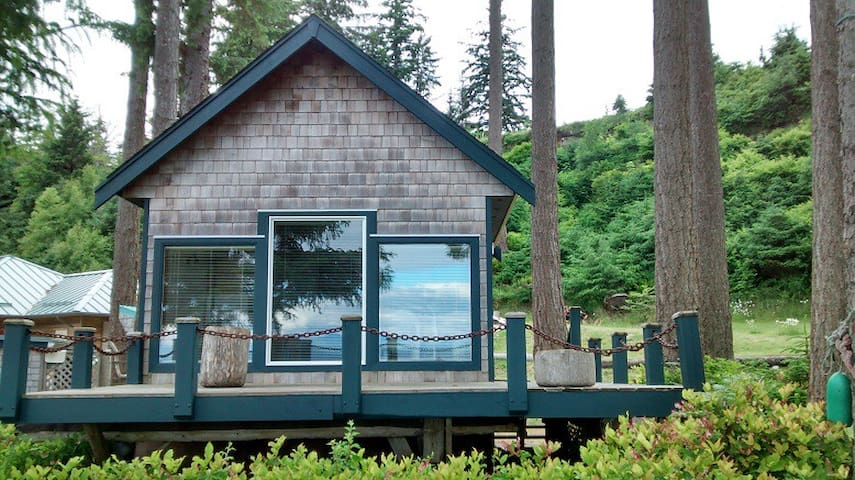 Ocean Waterfront Beach Cottage - Quathiaski Cove - Stuga