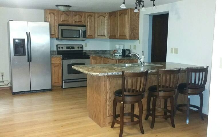 Private Garden Apartment: Fully Funished/Spacious - Devils Lake - Leilighet