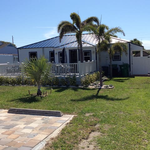 Bed and Breakfast in Art Gallery - Cocoa Beach