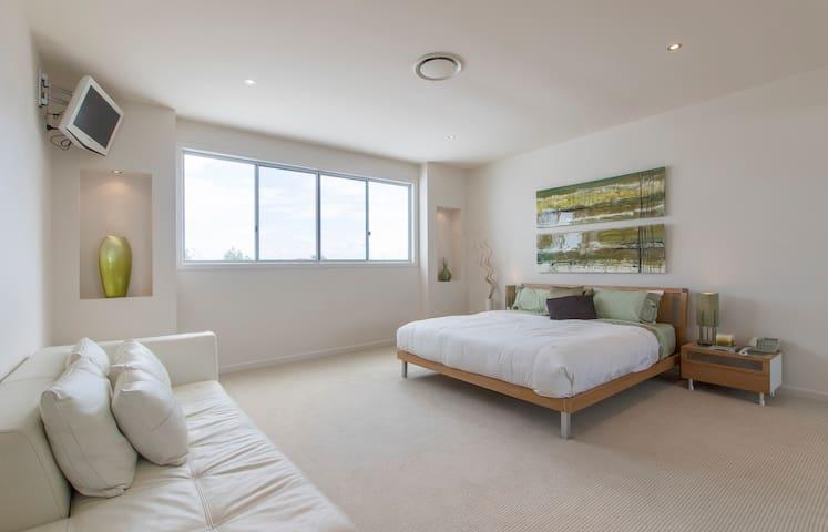 Green Room, Waterfront Home - Parrearra