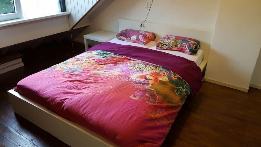 Attic room with double bed - Zoeterwoude - Bed & Breakfast