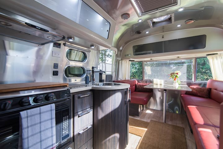 """New """"Airstream"""" Paradise in the Hills - Wakefield - Bed & Breakfast"""