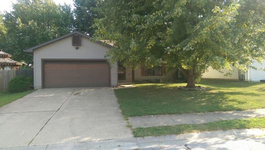 2BR House near St. Louis & SAFB - O'Fallon - Hus