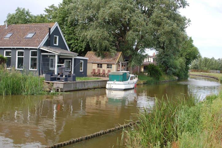 Gezellig huis direct aan het water - Finkum - Huis