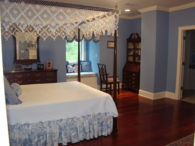 Queen Bed with Bath - Tupelo - Maison