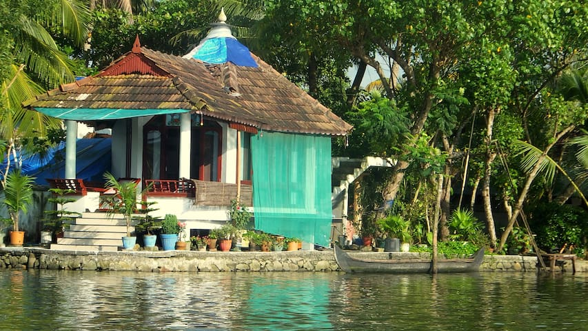 Backwater Farmhouse- Corner Room - Kodamthuruthu - Chata