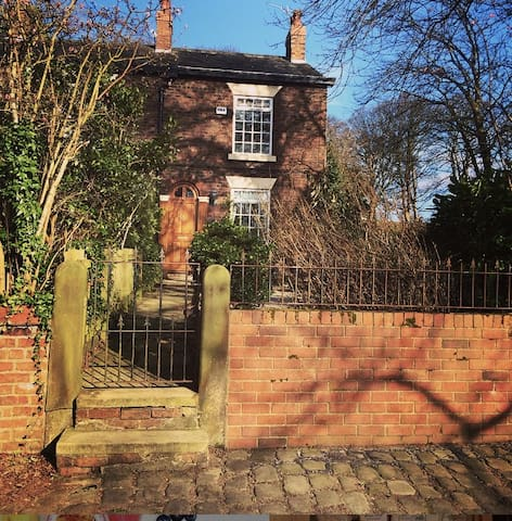 MONTHLY LET  Warm cozy cottage close to metro - Stockport