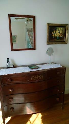 Larg sunny bedroom - Wellesley