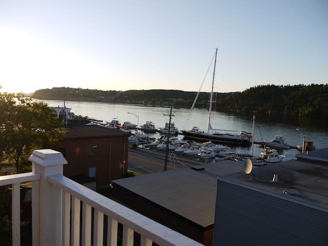 Panoramic view & walking to restos. - Saguenay - Appartement