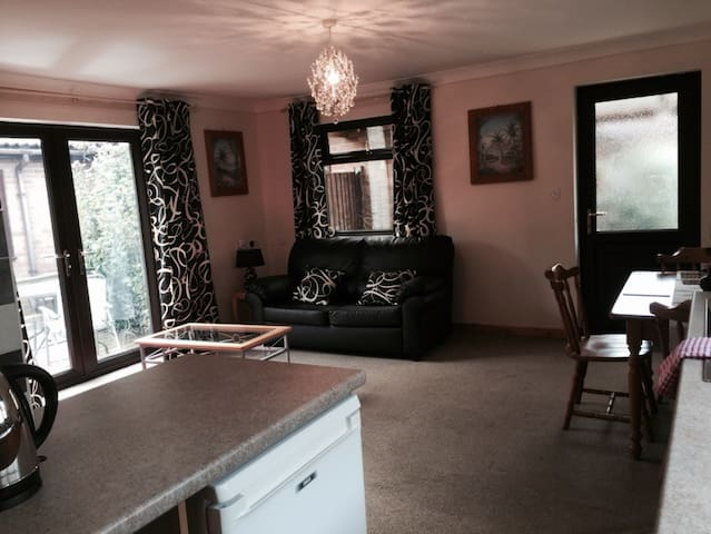 Self Contained 1 bed Annex, sleeps4 - March - Бунгало