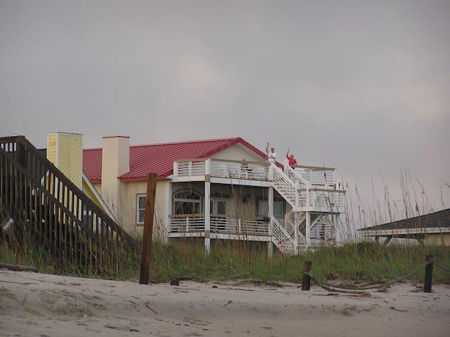 """""""Steel Seas"""" Ocean Side Queen Room - Oak Island - Casa"""