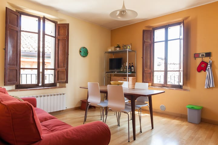Medieval village, 3rd floor apt. - Compignano - Appartement