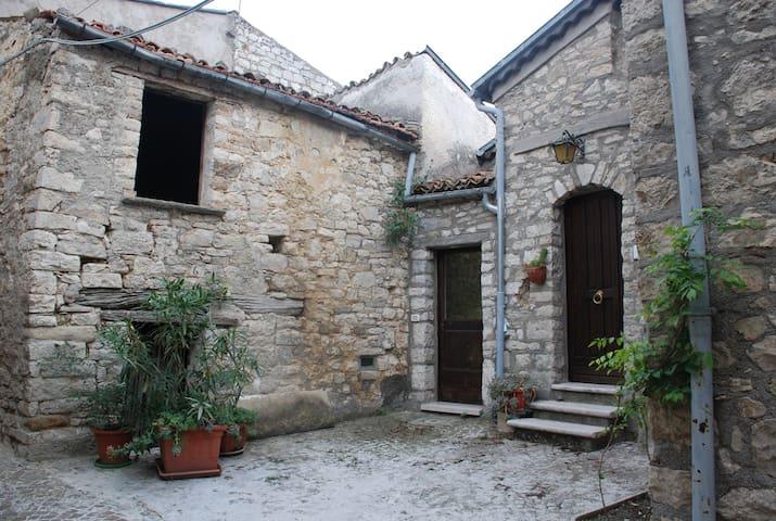 Casa in pietra con soffito in legno - Castropignano - Huis