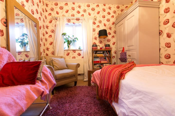 Cosy room in lovely friendly house - Camberley - Ev