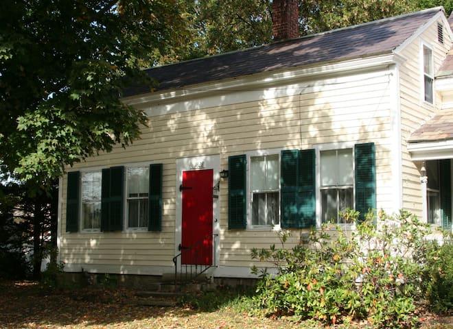 Peabody House, 1820s farm house - Pittsford - Talo