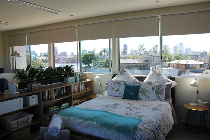 Bright & Breezy Studio Apartment on Nerang River - Broadbeach Waters - Bed & Breakfast