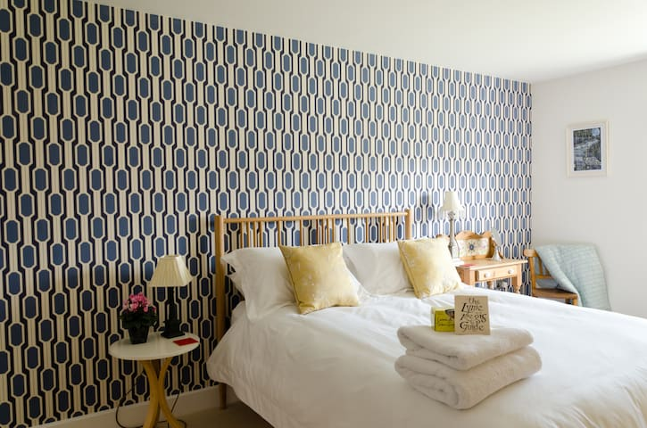 No. 12 B & b luxury bedroom - Lyme Regis