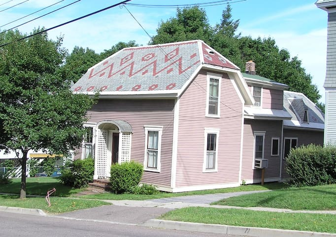 Cosy cottage near downtown - 2 beds - Burlington - Bed & Breakfast