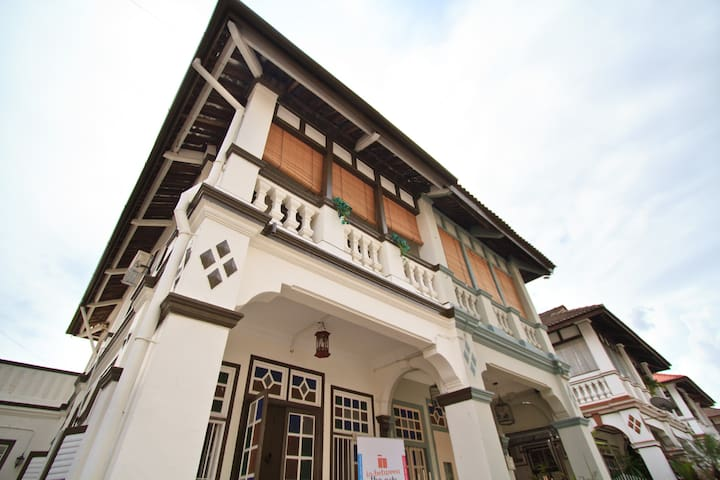 Le Coq Art Heritage Townhouse with Hi Speed WiFi - George Town - Hus