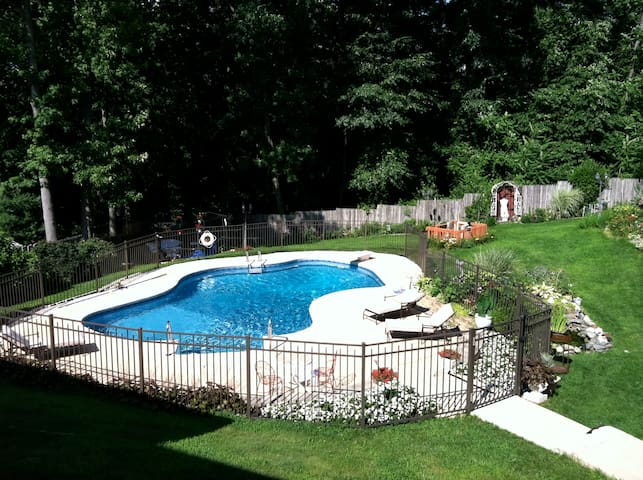 Private room with pool close to NYC and the beach - Hazlet - Casa