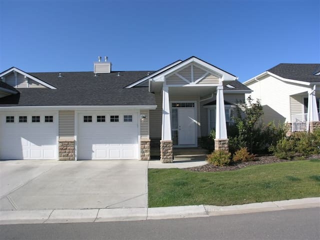 Country feel in a quiet community! - Okotoks