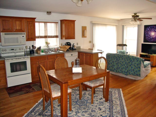 Bright, Cozy Apartment in Guilford - Guilford - Hus
