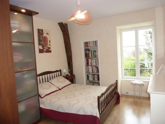 Chambre confortable au calme dans m - Avallon - Pousada