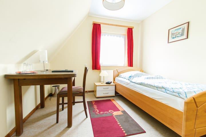 Nice, cosy, sunny & quiet Room for1 - Barwedel - Bed & Breakfast