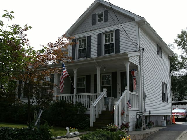 Sunny room in historic home - Saddle Brook - Haus