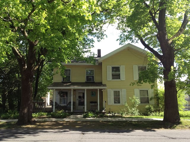Charming, comfortable 1830's house - Gloversville - Дом