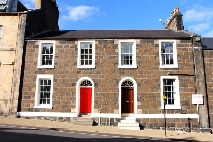 Big room in old Stirling townhouse - 斯特靈(Stirling) - 家庭式旅館