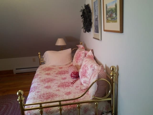 Cozy Room in Private, Country Home - Walpole