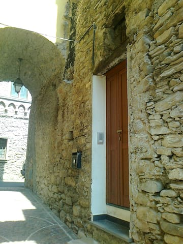 LIGURIA, BETWEEN MOUNTAINS AND SEA. - Vessalico - Appartement