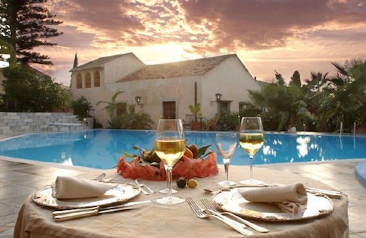 GREEN MANORS - Castroreale - 家庭式旅館