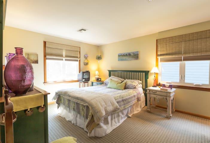 Private Bedroom/Bath & 2nd Bedroom - North Attleborough - Huis
