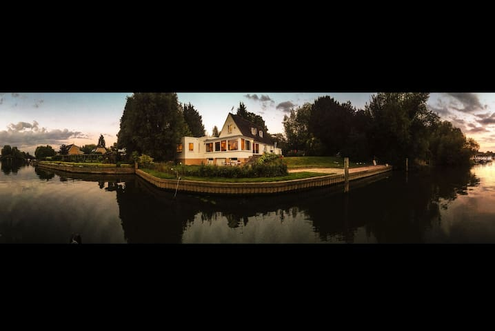 Chateau Gato Riverside Retreat - Wraysbury - Huis