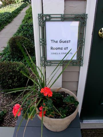 The Guest Rooms @ Jones & Jones - Perrysburg