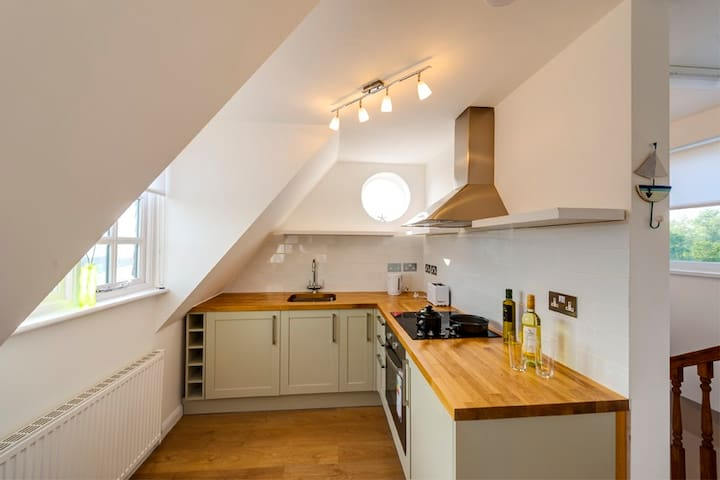 Sunny Family Friendly Flat & Private Parking - Rye