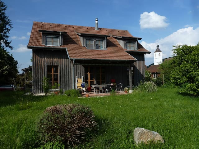 Room in charming wooden house B - Rodersdorf - Casa
