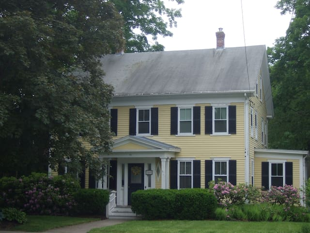 Cozy Home in Center of Town - Westborough - Hus