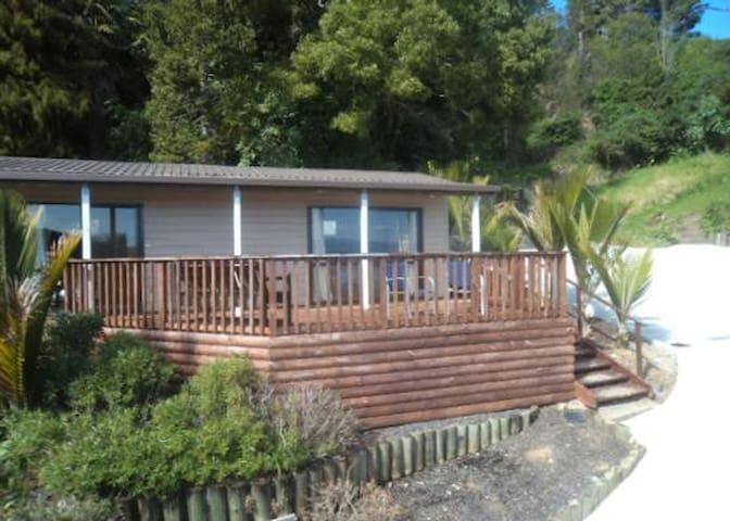 Quiet, Modern, with Stunning Views  - Thornton Bay - Leilighet