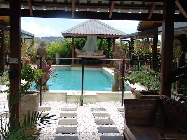 Beachside Bali inspired B & B - Newell - Bed & Breakfast